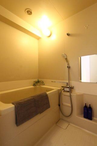 たっぷり浸かれる深さのバスタブ○ゆっくりご入浴頂け、毎日の疲れを癒す時間。綺麗にお使い頂いており、内装手入れ済みでございます。