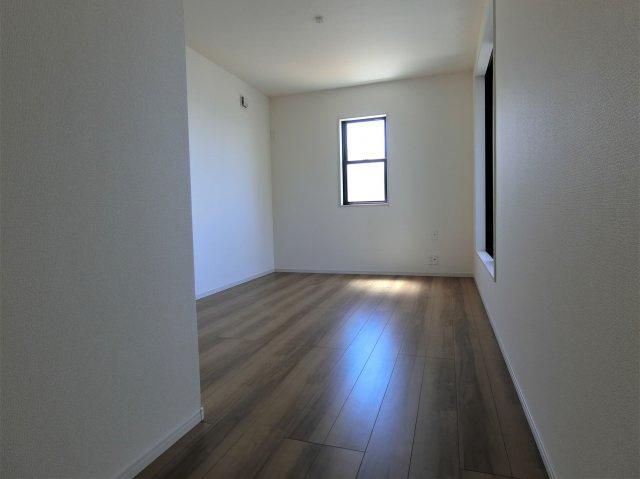 2階7.5帖の洋室です。入口から見たところで左手にWICがあります。