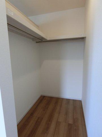 2階7.5帖の洋室のWICです。枕棚、ハンガーパイプが設置されて、整理してたくさん収納できます。