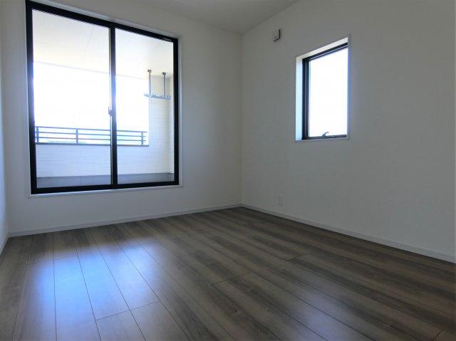 2階6帖の洋室です。居室は全て2方向に窓がある明るく風通しの良いお部屋です。