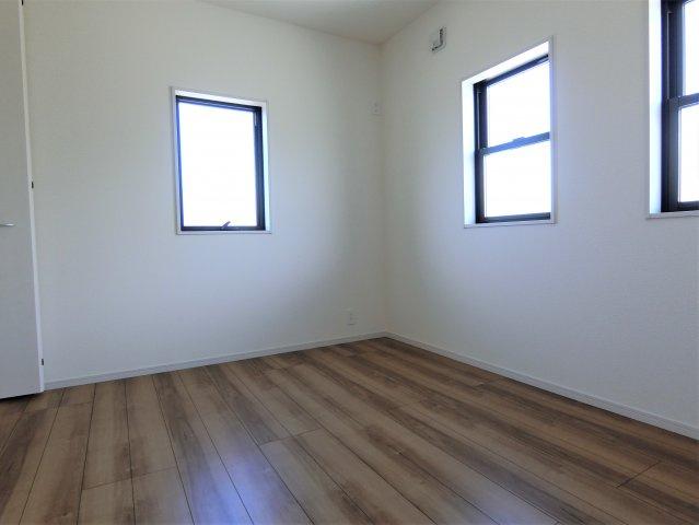 2階5.2帖の洋室です。並んだ窓が素敵です。