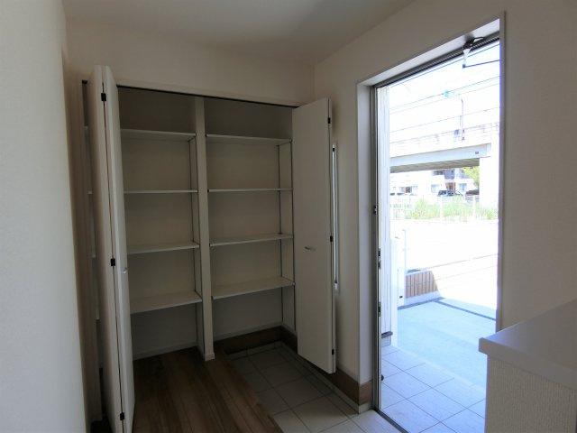 玄関のシューズロッカーです。靴だけでなくロングブーツやお出かけ小物までたくさん収納できます。