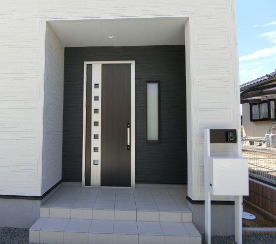 玄関アプローチです。独立型ポスト、TVモニター付きインターホン設置。