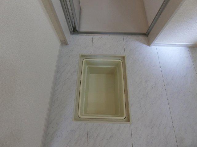 洗面脱衣室の床下収納です。ストック品の収納に活躍します。