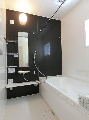 1坪タイプの浴室です。カビ防止や雨の日の物干しなどに活躍する浴室乾燥機付き。