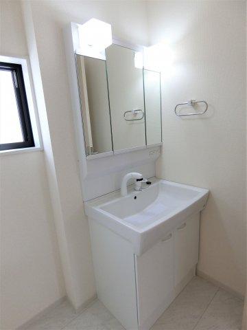 洗面脱衣室のシャンプードレッサーは3面鏡タイプで鏡裏に小物が収納できます。