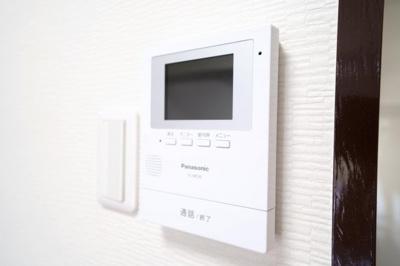 モニター付インターホンです。来客時に画面上で確認ができるので安心です