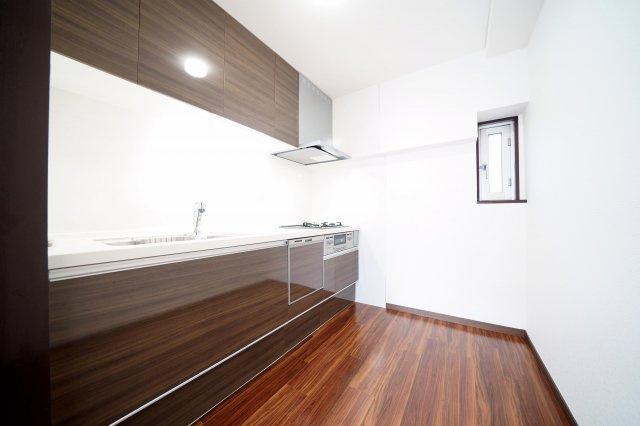 食洗機付システムキッチン新規交換済みです。窓付の独立型キッチンです。