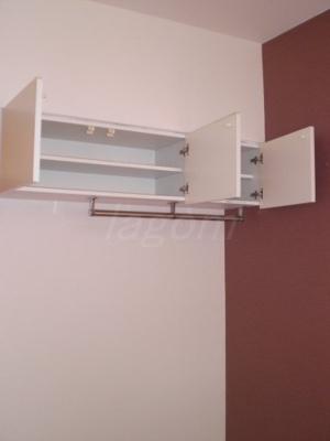 リビングにある天井吊戸棚