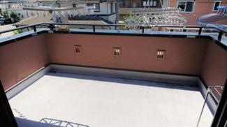 バルコニーは広々としたスペース、防水加工済