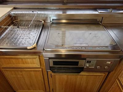 重厚感のあるキッチンにはIHヒーター・グリル付き。