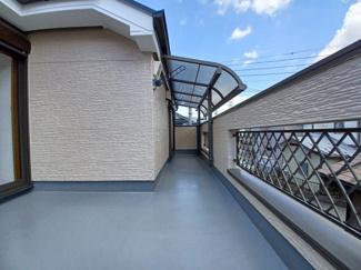 グランファミーロ リ・スタイル貝塚 ワイド・屋根付きの開放感溢れるバルコニーです!