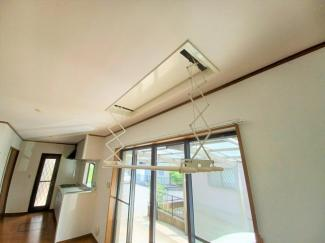 グランファミーロ リ・スタイル貝塚 LDK部分に設置された電動昇降ランドリーパイプ!ボタン一つでランドリーパイプが昇降し、お手間なく、部屋干しが可能です!