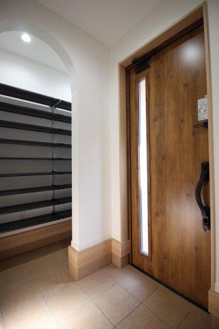 光を取り込む明るい玄関♪ 大容量のシューズインクローゼットもついているので玄関もスッキリ見せることができます♪ (当社施工例)