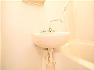 浴室に洗面台ついてます