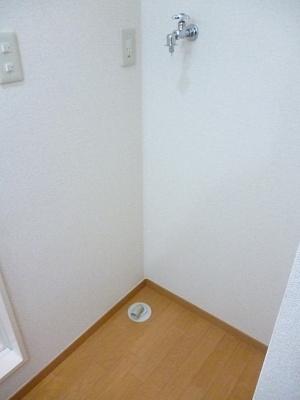 洗面所にある室内洗濯機置き場です♪室内に置けるので洗濯機が傷みにくい☆