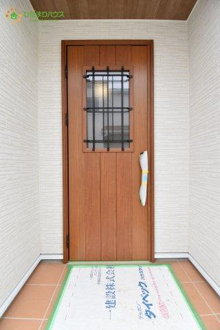 窓付きのオシャレな玄関ドアです!