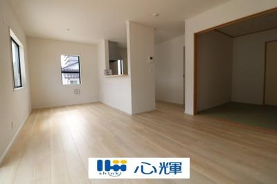 降り注ぐ陽光をいっぱいに浴び、メインライトと共に室内全体が明るい・開放感のあるLDK。