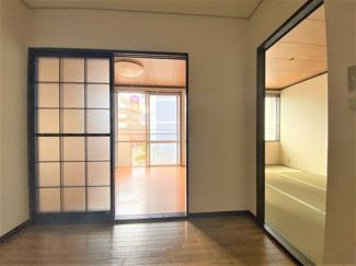 玄関入ってすぐ、洋室と和室です