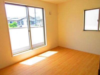 (同仕様写真)主寝室+子供部屋2部屋の全3居室。ロフト付きの部屋もありますよ!各居室は2面採光で日当たり・風通し良好。シンプルな色合いなのでお好みの居室を演出するのも楽しみの一つですね!