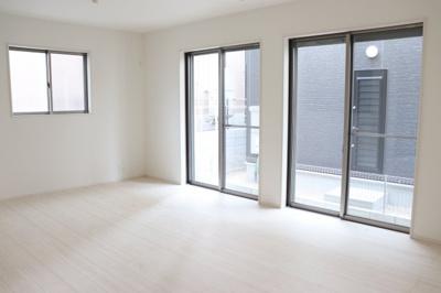 (同仕様写真)大画面TVも余裕、インテリアプランが考えやすいワイドなリビングはご家族みんながゆったりくつろげる温かい空間造りがなされています。南側からの採光も大きな窓からしっかり入ります。