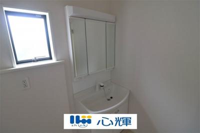 目線に合わせた三面鏡付洗面化粧台。三面鏡の裏側には収納棚を確保し、すっきり整理出来ます。