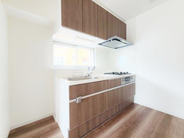 キッチンも新規交換につき快適です 小窓を設けた明るいキッチン 彩光と通風に優れてます