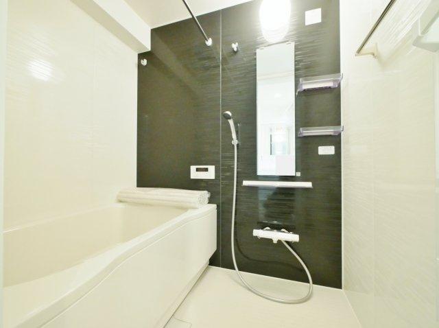 浴室も新規交換につき快適です 広々とした浴室には雨に日のお洗濯や寒い冬場の入浴に便利な浴室換気乾燥機が標準装備です