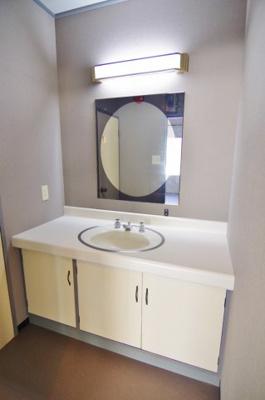 A棟の店舗内洗面台の写真です。/大関建設