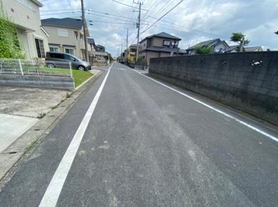 【前面道路含む現地写真】吉川市高久1丁目新築戸建て