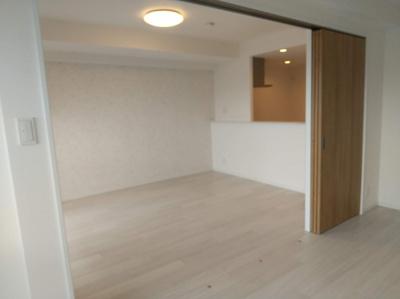 リビングと隣の洋室の間は引き戸になっていますので、開くとリビングの延長としてお使いいただけます。
