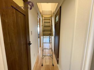 グルニエ(屋根裏収納)への階段は天井に格納されています!