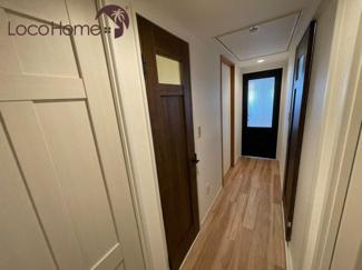 リビングに通じる廊下。ドアの質感と色が落ち着いた雰囲気を演出しています♪