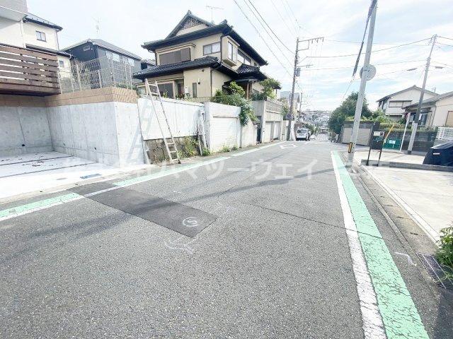 前面道路は公道幅員6.5mですので、すれ違いもしやすいです。