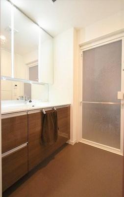 ワイドミラーがリッチなデザイン性あふれる洗面台!