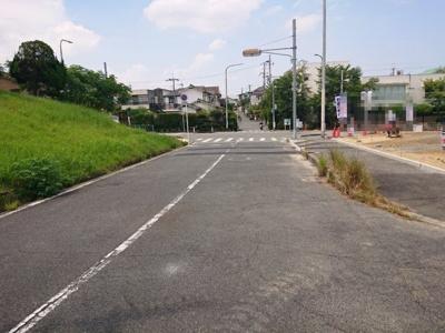 3号地は幅員約10.2mの広々とした前面道路に面しております!歩道もあり、お子様も安心ですね♪