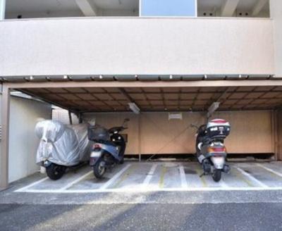 東久蓮根ハイツのバイク置き場です。