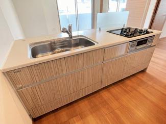 長い時間を過ごすキッチンは、使い勝手の良い家事動線で、家族とのコミュニケーションがはかれるキッチンを採用しています。 たっぷりの収納も配備してます。 令和3年7月29日現在