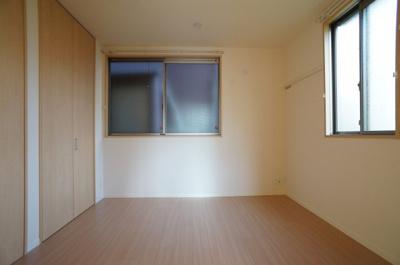 寝室も2面の窓でがあります♪