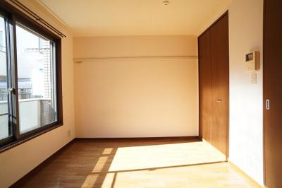 明るい洋室※同一間取り1階の写真です。