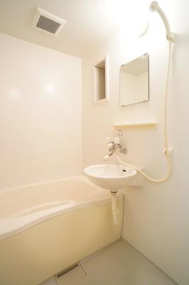一日の疲れを癒すのはやっぱりお風呂ですね♪※同一間取り1階の写真です。