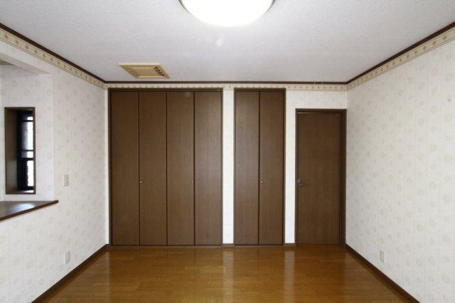2F洋室8帖 大容量のクローゼット収納あり。出窓を配し、さらに空間の広さを感じられます◎ 右側ドアの奥には広々設計の納戸がございます♪