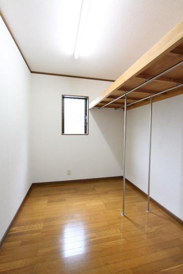 広々多用途にお使い頂ける納戸がございます。季節家電や備蓄品などの収納に役立ちます。収納としてだけでなく、ご自身のライフスタイルに合わせて様々にお使い頂けるスペースです◎