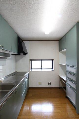 2Fにもしっかりとしたシステムキッチンを搭載。キッチンボードも造り付けで、システムキッチンと同じ色合いで調和が素敵です◎ お皿やお鍋など、たっぷりと収納できますよ!