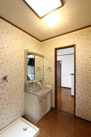 2F洗面所です。左側スペースが洗濯機置き場となります。同じ階にバルコニーがあるので、スムーズなお洗濯動線ですよ♪