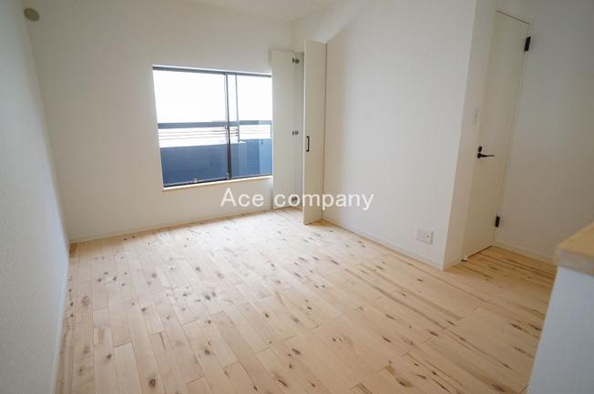 【2階:洋室6.6帖】バルコニーに面したお部屋☆リビングと一体感があり、リビングの拡張としてもご使用できます♪収納完備です♪