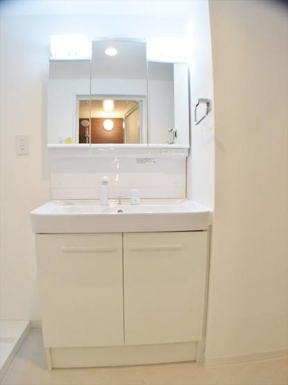 収納も兼ね備えた洗面化粧台 新規交換です