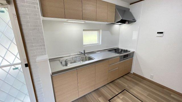 窓が多く明るいリビング♪壁付タイプのキッチンは無駄な空間が無く、食器類の持ち運びもスムーズです♪