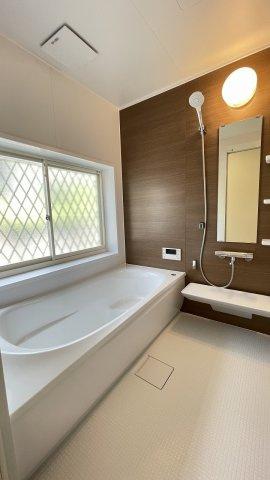戸建てならではのゆったりしたバスルーム 大きな窓と、さらに浴室乾燥機もついているのでカビしらずで清潔な状態をキープ