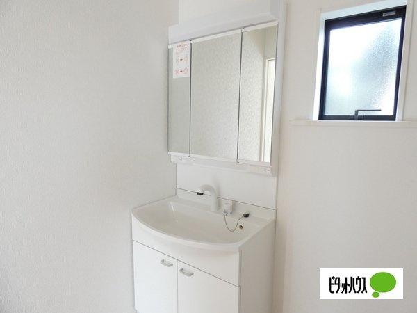 【2号棟】洗面室 やわらかな朝の光を感じられる窓がついた洗面所☆彡